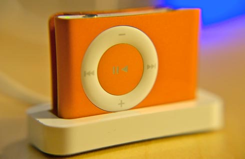 Orange iPod Shuffle in Dock (photo by tunequest)